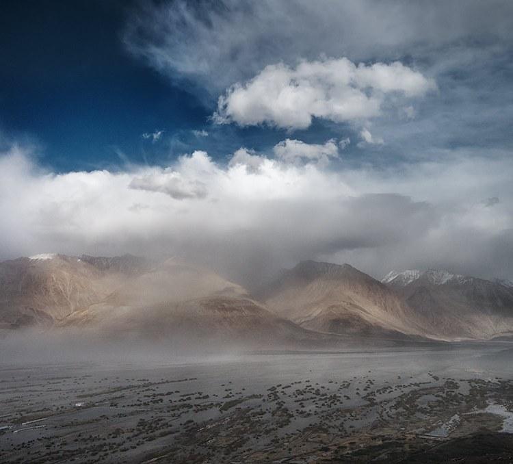 Sandstorm, Diskit, Ladahk, India, Ride in the clouds
