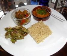 West-Indische tofucurry met pompoen en okra, met pilau rijst