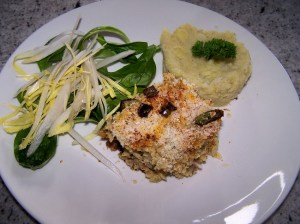 Ovenschotel met broccoli - paddenstoelen en Alfredo saus (recept: Vegan Yum Yum), puree patatjes met aardpeer en slaatje
