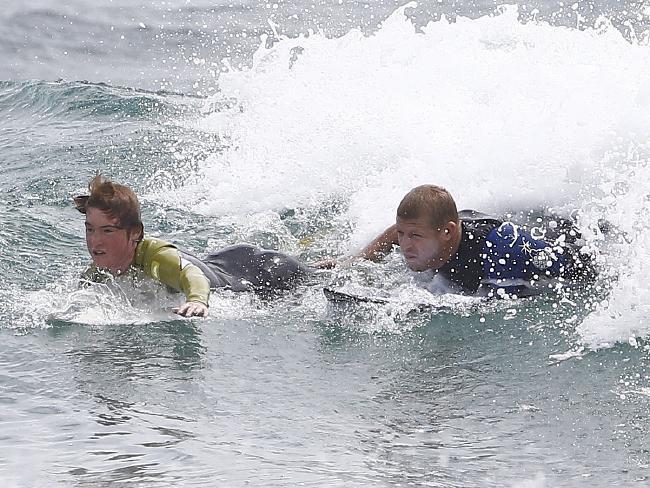 Un chico enfermo de cáncer cumple el sueño de surfear con su ídolo, Mick Fanning