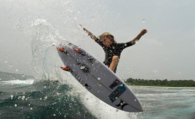 Un surfista de 10 años comprometido socialmente
