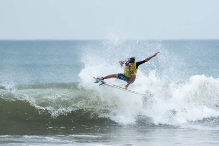 Uriel Sposaro y la ola que lo llevó al triunfo.