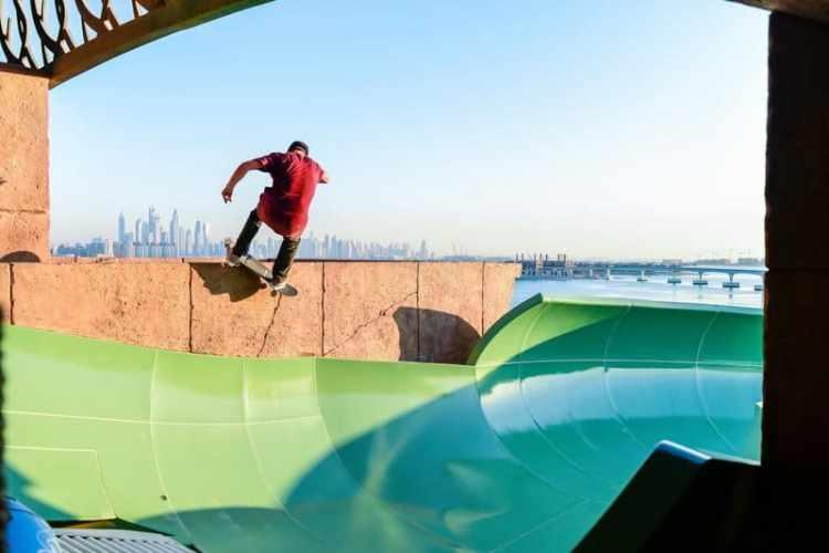 alex sorgente hace skate con los- ascacielos de dubai al fondo