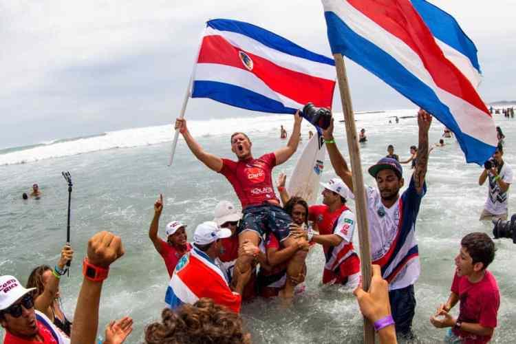 Noe Mar McGonagle alza la bandera costarricense después de ganar la Medalla de Oro en la categoría Hombres en el ISA World Surfing Games 2015 en Nicaragua. Foto: ISA / Dave Nelson
