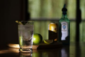 By Kyle Flood from Victoria, British Columbia, Canada (Gin and Tonic  Uploaded by Smooth_O) [CC BY-SA 2.0 (http://creativecommons.org/licenses/by-sa/2.0)], via Wikimedia Commons