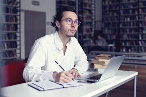 man-schrijft-scriptie