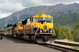 Alaska_Railroad_train_led_by_SD70MAC_4324