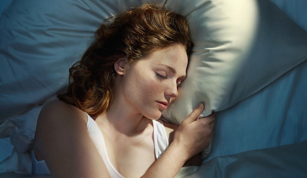 Femme qui dort sur un oreiller