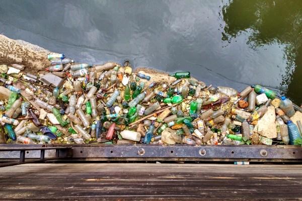 mniej odpadów wiecej recyklingu śmieci rzeka