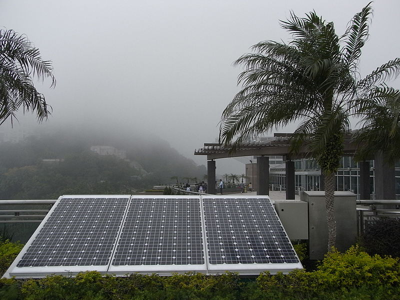 Rooftop solar in Hong Kong. Photo by Snowacinesy, from Wikimedia Commons.