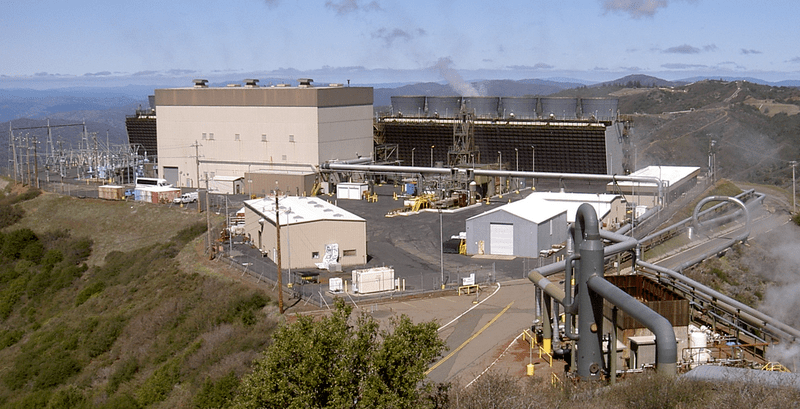 The Sonoma Calpine 3 geothermal power plant at The Geysers field in the Mayacamas Mountains of Somona County, Northern California. Photo by Stepheng3. Wikimedia Commons.