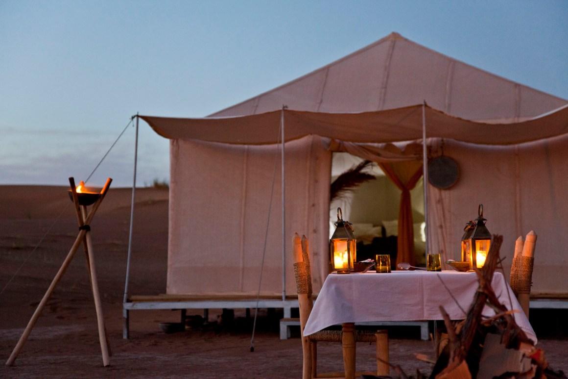Le dîner dressé devant la tente. © Elodie Rothan