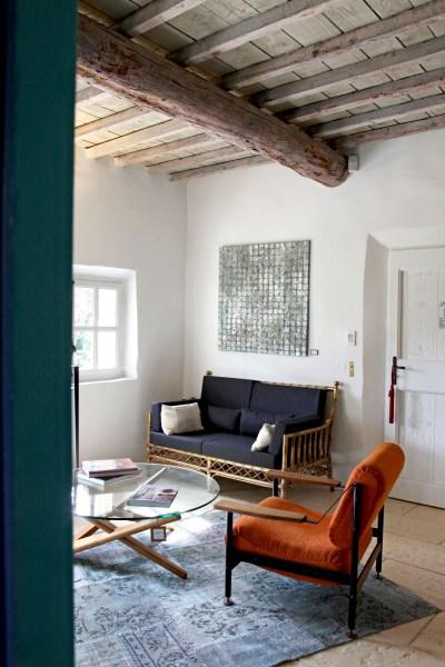 """Couleurs et rotin dans le salon de la suite """"Le Cabanon"""", hôtel Le Hameau des Baux, Alpilles, Provence."""