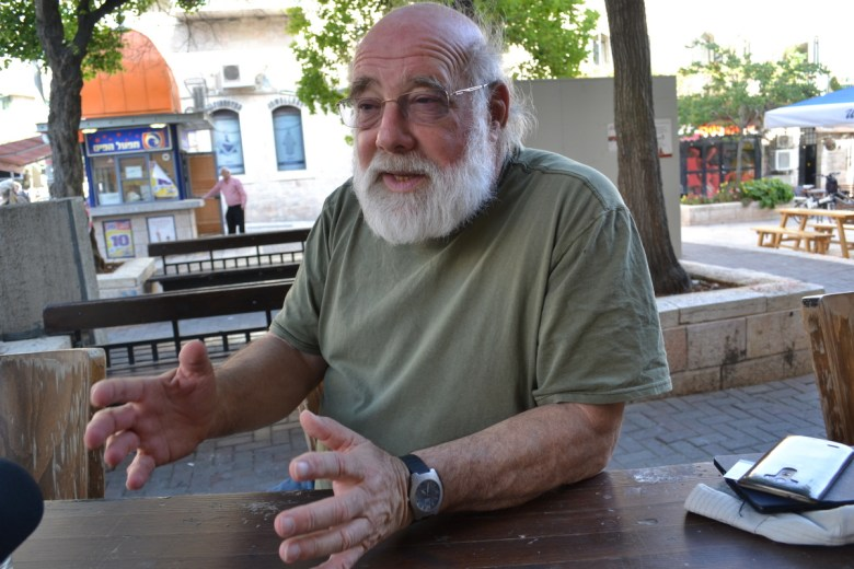 Jeff Halper makes a point. Jaffa Street pub, Jerusalem (David Kattenburg)