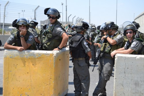 Israeli border police at Qalandia checkpoint, between Jerusalem and Ramallah (David Kattenburg)
