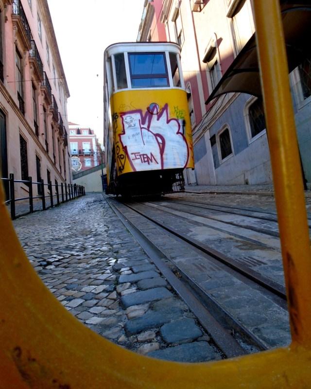 Der Elevador de Santa Justa auf seiner Fahrt durch das Bairro Alto in Lissabon.