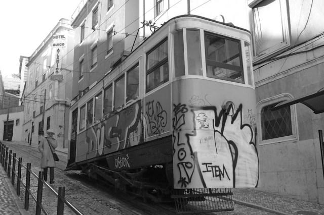 """Typisch für Lissabon: Der 'Elevador' - Eine Art """"Kurz-Straßenbahn"""", die nur eine Station hoch und runter fährt (Bairro Alto in Lissabon, Portugal)."""