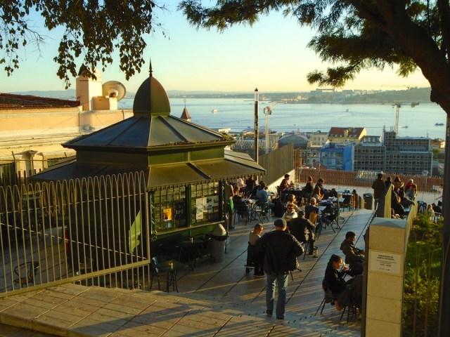 Sunset im Chiado in Lissabon: Am Miradouro de Santa Catarina geht es jetzt erst richtig los.
