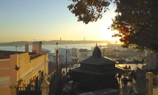Sunset am Miradouro de Santa Catarina: Das Chiado in Lissabon am späten Nachmittag.