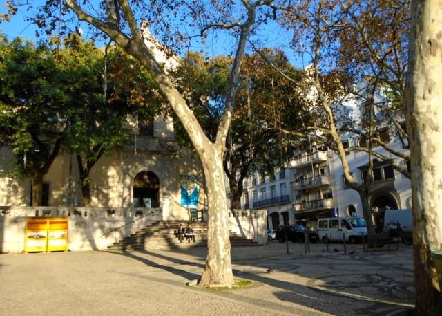 Eine Kirche, Platanen und Sonnenschein - what else?: Der Platz vor der Igreja de São Mamede in Lissabons Príncipe Real.