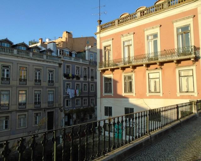 Irgendwie nobel, anmutig und teilweise majestätisch: Ausgewählte Bauten einer Häuserreihe in Lissabons Príncipe Real.