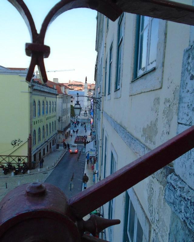 Schon fast unten: Auf dem Weg hinab in die Baixa von Lissabon.