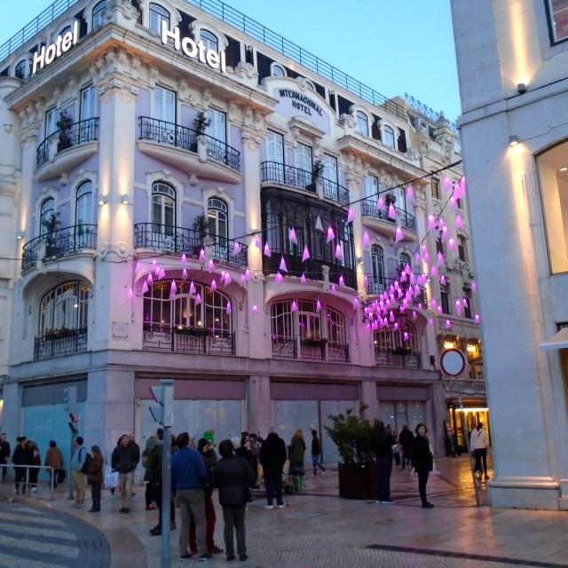 Der Anfangspunkt der festlich beleuchteten Fußgängerzone der 'Rua Augusta' in Lissabons Geschäftsviertel Baixa.