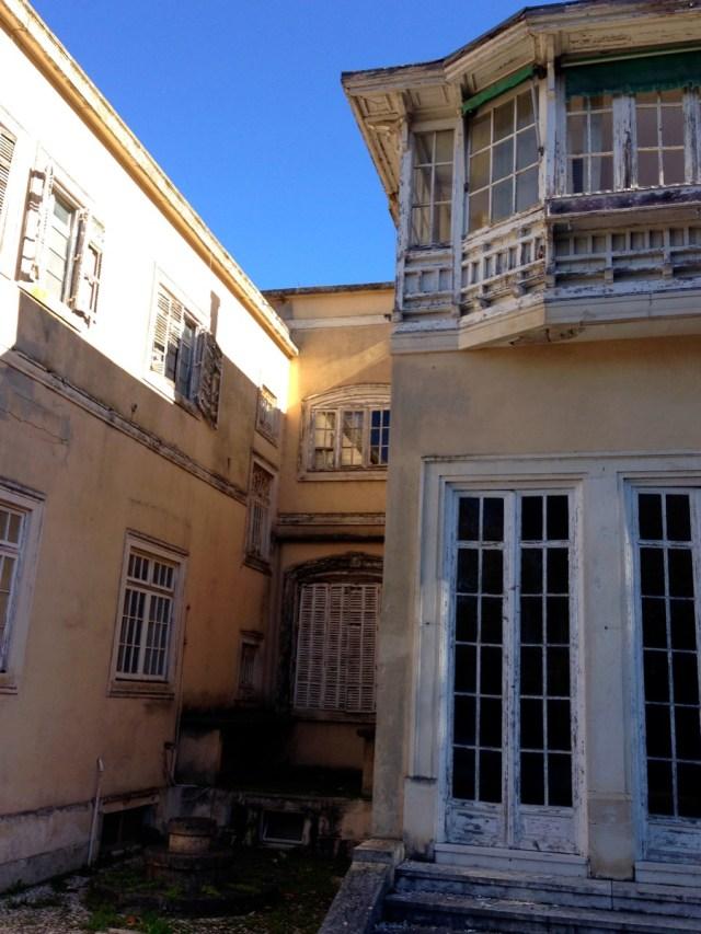 Der beste Blick ergibt sich oftmals sobald man hinter die Dinge zu blicken versucht: Die Rückseite des Anwesens des Palacete Leitão im Príncipe Real in Lissabon.