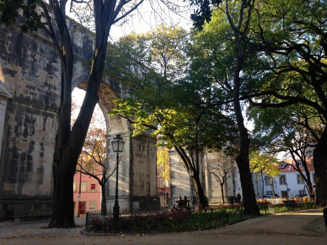 Das Aqueduto das Águas Livres im Straßenbezirk Largo do Rato in Lissabon.