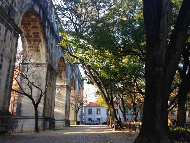 Bis 1967 ein System zur städtischen Wasserversorgung, heute Teil des Maulbeergartens: Das Aqueduto das Águas Livres  im Straßenbezirk Largo do Rato in Lissabon.