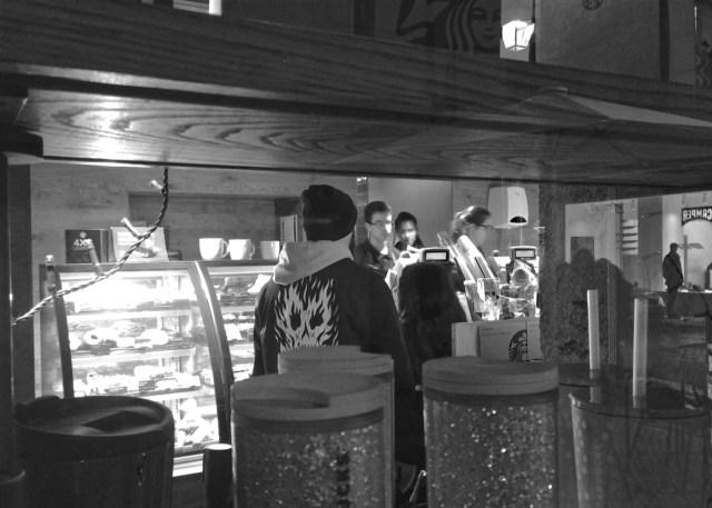 Schaufenster-Gucker: Geschäftigkeit im Starbucks in Lissabons Geschäftsviertel Baixa.