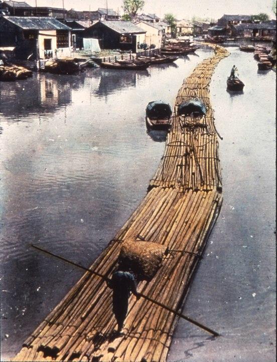 Bei der Flößerei wird die Wasserenergie zum Transport von Holz genutzt. Hier werden Stämme aus Bambusholz in langen Flößen transportiert. Suzhou, Jiangsu, China, ca. 1900-1919 (digitallibrary.usc.edu, Fotograf unbekannt).