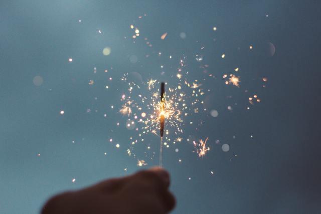 Glück können wir auch ohne Verdienst daran fühlen (Photo by Cristian Escobar on Unsplash).
