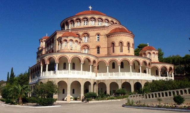 Das Kloster des Heiligen Nektarios (Agios Nektarios) in der späten Vormittagssonne auf Ägina, Attika, Griechenland (September 2020).