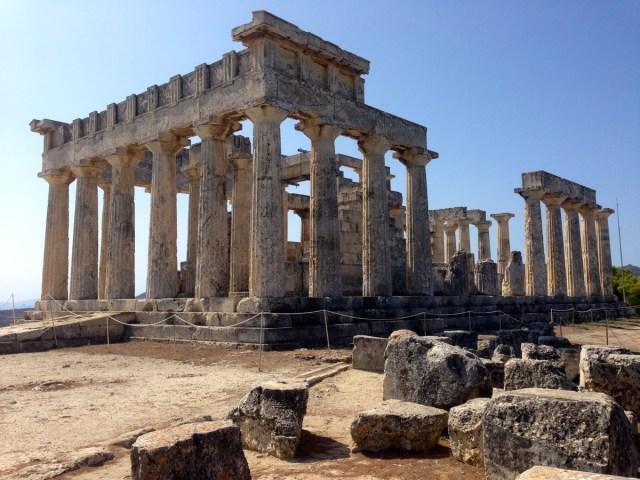 Später Nachmittag auf der griechischen Insel Ägina: Ein Blick auf das Meer und die benachbarten Hügel von der Bergkuppe aus, wo der Tempel der Aphaia steht  (21.09.2020, Ägina, Attika, Griechenland).