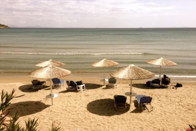 Goldfinger was here?! - wie vergoldet: Die Sonnenschirme am Strand in der Hauptstadt Ägina auf der griechischen Insel Ägina.