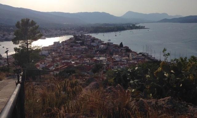 Auf dem höchsten Punkt des Stadthügels auf Poros: Die peloponnesische Küste in Sichtweite.