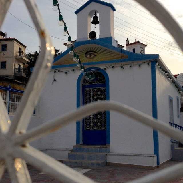 Diesem Blick kann ich leider nicht entgehen... Eine Kirche auf der griechischen Insel Poros (Poros, Griechenland, September 2020).