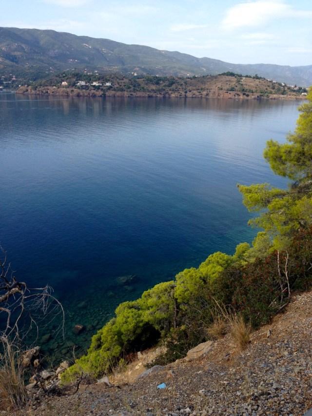 Der Abschnitt zwischen dem Küstenort Askeli und dem Badeort Monastiri führt ohne viel Schnick Schnack und ganz meditativ an der Inselküste von Poros entlang (Poros, Griechenland, September 2020).