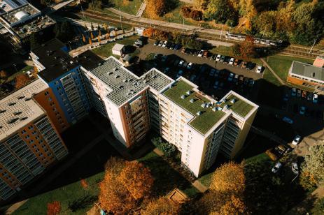 zelena-strecha-na-panelovem-dome18