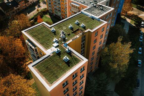 zelena-strecha-na-panelovem-dome6