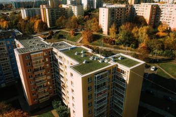 zelena-strecha-na-panelovem-dome9