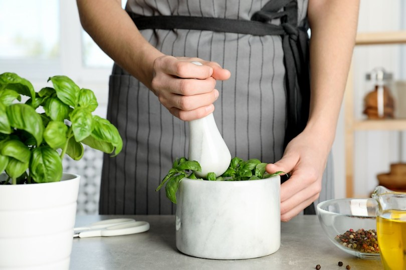 Utiliser les bons ustensiles pour cuisiner les herbes fraîches