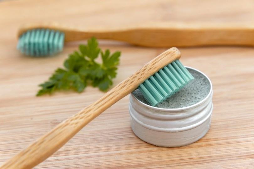 Hygiène dentaire au naturel : brosses à dents en bambou et dentifrice solide
