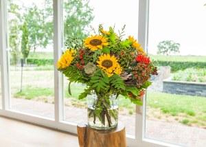 Najaarsboeket met zonnebloemen en bessen