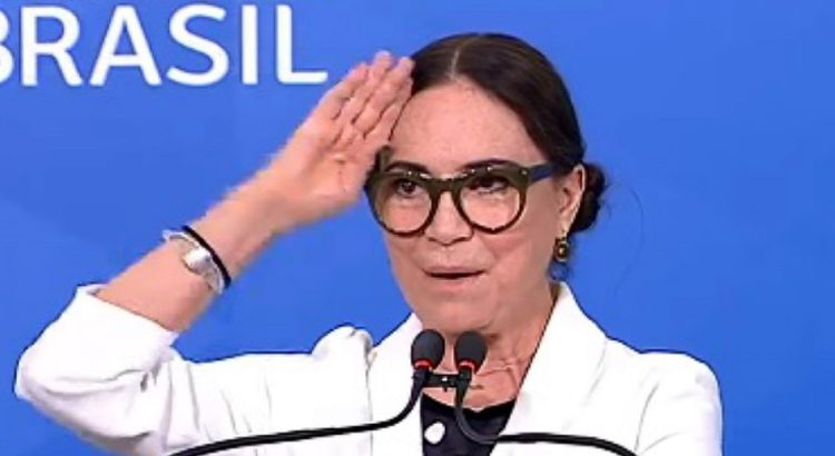 Regina Duarte bate continência durante discurso