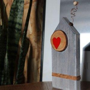 Διακοσμητικό ξύλινο σπίτι με κόκκινη καρδιά