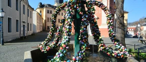 Wie in den zurückliegenden Jahren wurde bereits Anfang April der Röhrenbrunnen als Greizer Osterbrunnen gestaltet.