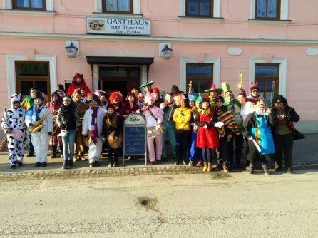 Unser Gruppenfoto vor dem Gasthaus Pichler in Waschbach, wo wir eine Seniorentagung beglücken durften.
