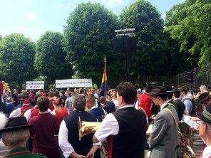 Unser Fahnenträger Reinhold am Ballhausplatz inmitten der Musiker und Ehrengäste.